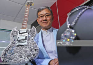 арън-шум-ван-лунг-президент-на-aaron-shum-jewelry-презентираs- -карата-китара-гибсън